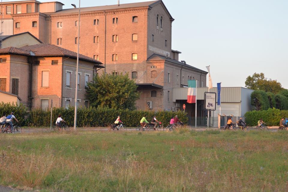 I partecipanti al trekking storico Oltre il ponte con le bici in località Mulini Nuovi.