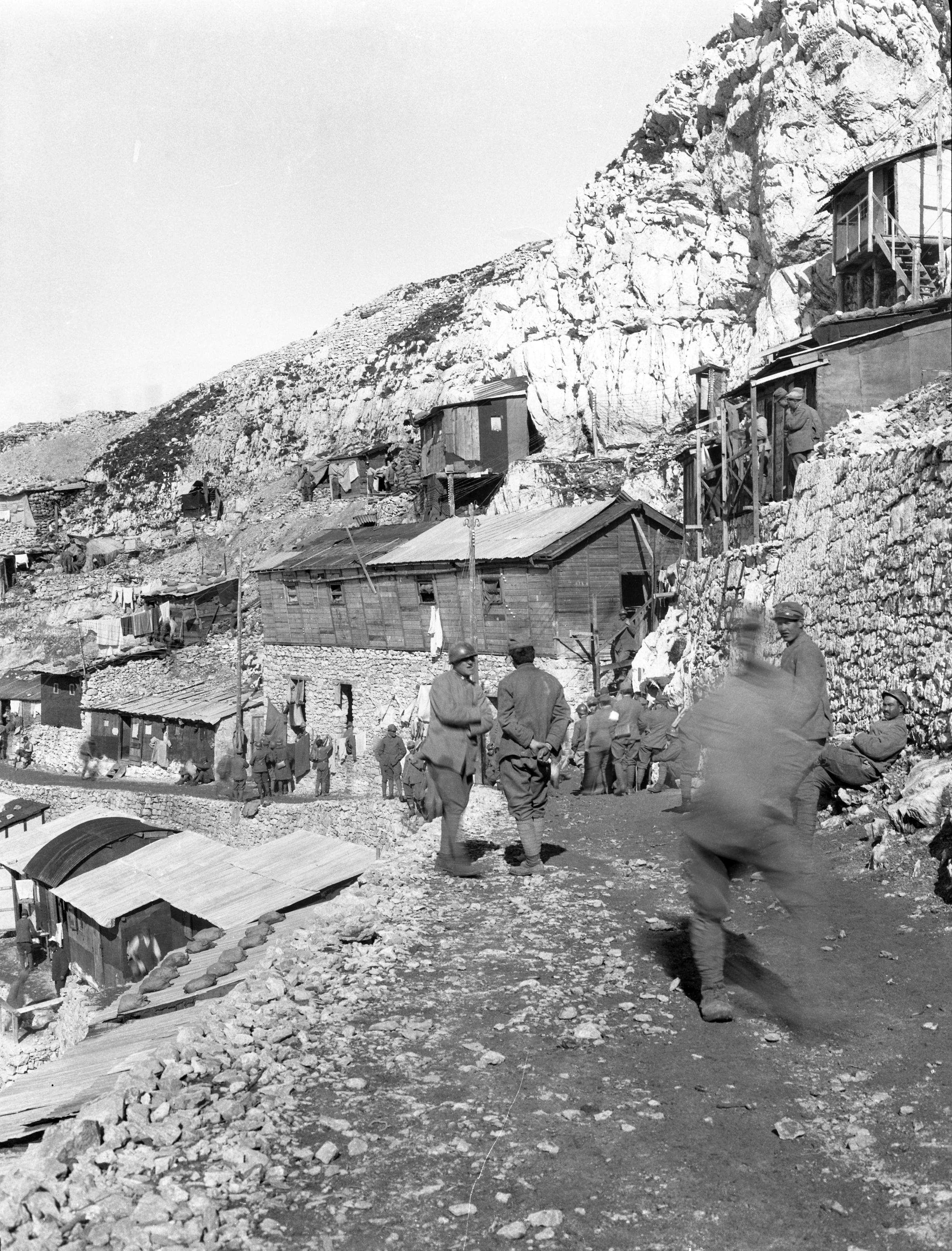 Laboratori di didattica della storia. Una delle foto ritrovate da Fausto Corsini nella cassa di Vaifro Agnoli, impegnato nel gennaio 1918 come ufficiale medico del Regio Esercito in Vallarsa.