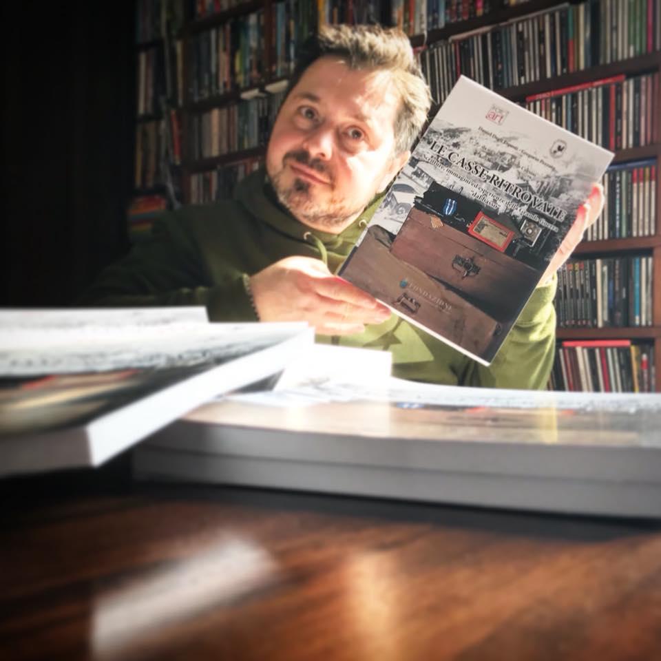 """lettere dal fronte e libri da leggere sotto l'ombrellone: Fausto Corsini mostra con orgoglio una copia del libro """"Le casse ritrovate"""""""