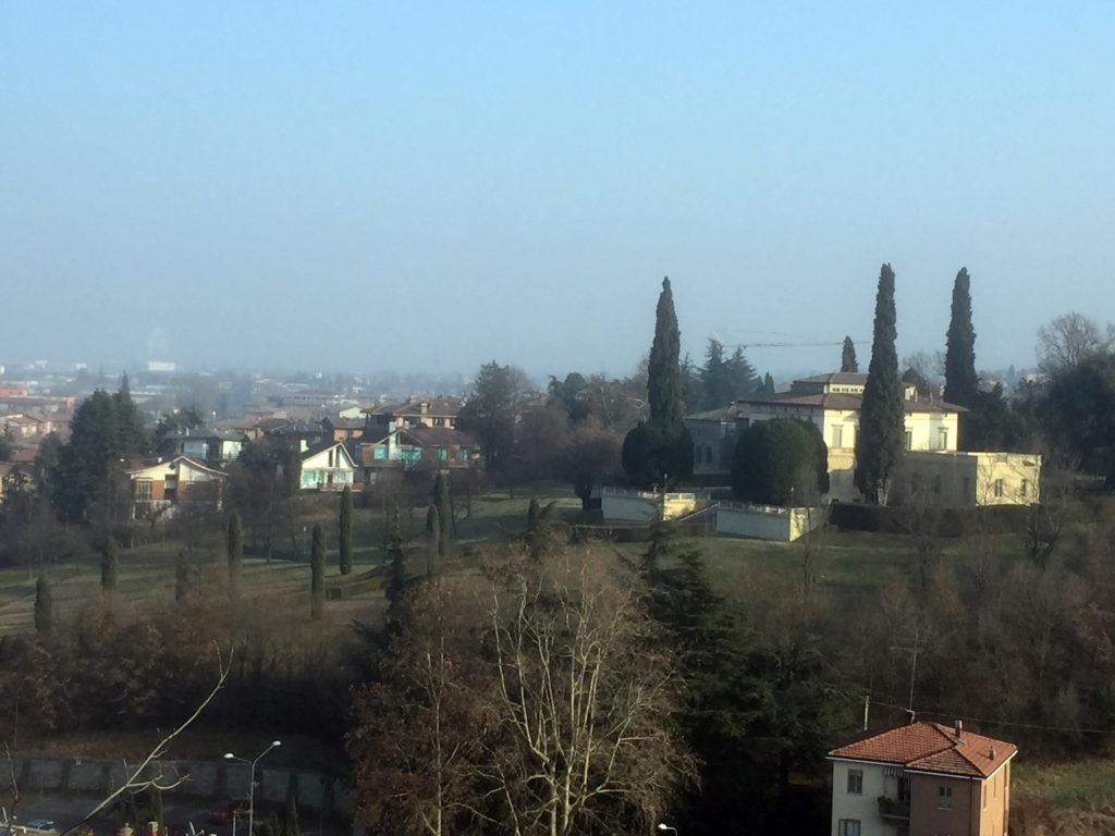 I segni sul muro. Panorama su villa Vigarani-Guastalla dalla terrazza del santuario.