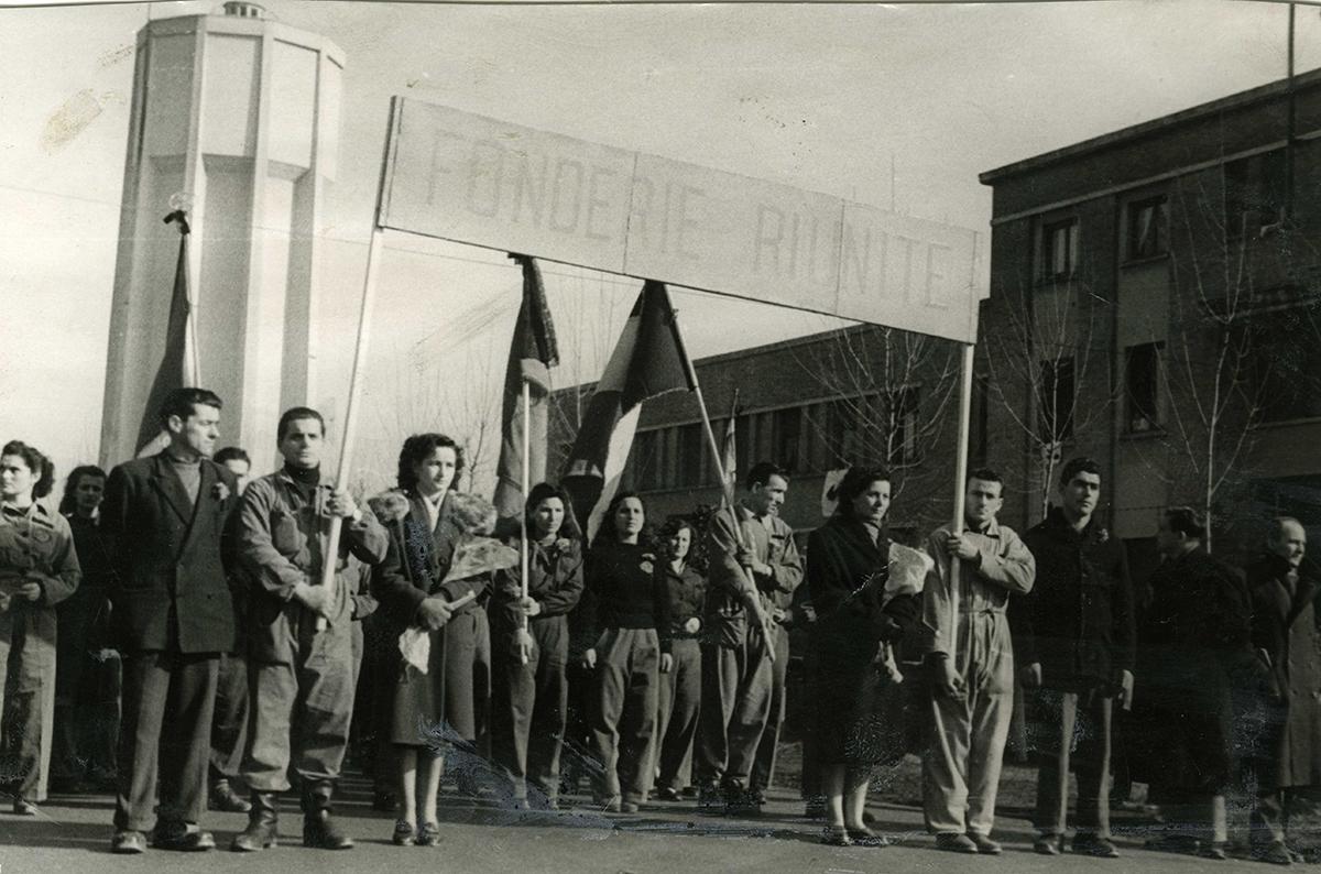 Corteo per commemorare i sei lavoratori uccisi dalla forza pubblica il 9 gennaio 1950. Foto via Wikimedia Commons