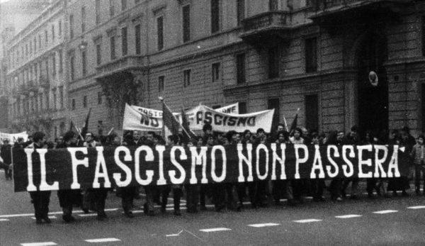 Manifestazione antifascista nell'Italia del secondo dopoguerra