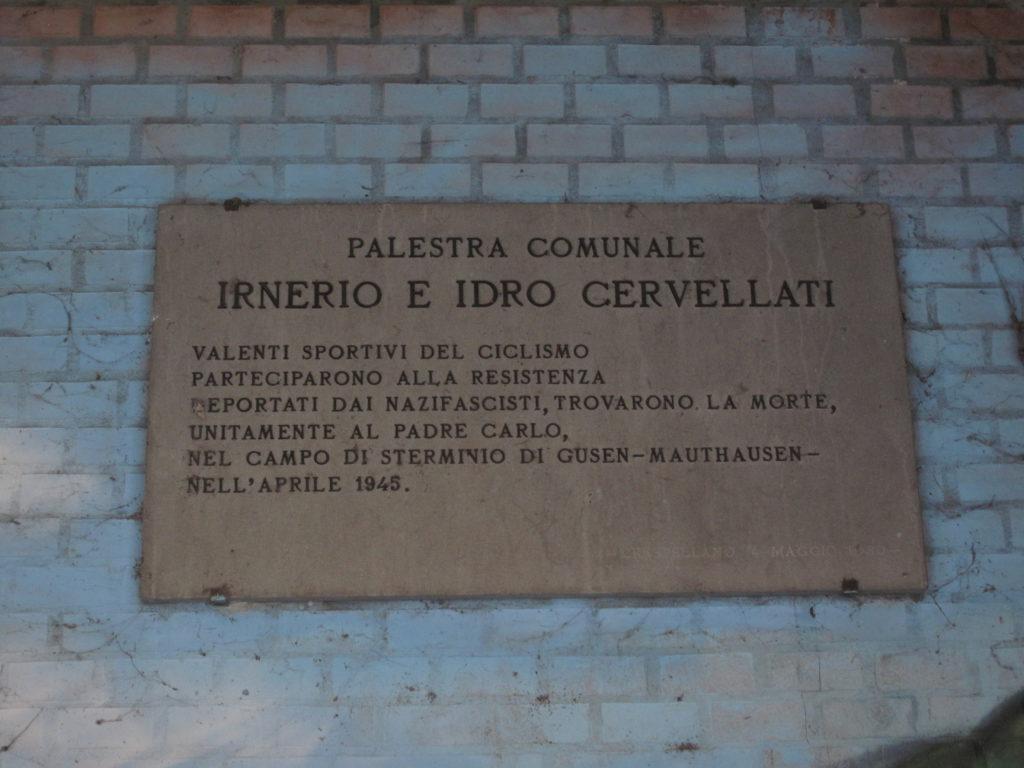 """La palestra di Calcara è dedicata a Irnerio e Idro Cervellati, """"valenti sportivi del ciclismo"""" e personaggi della storia della Resistenza a Crespellano."""