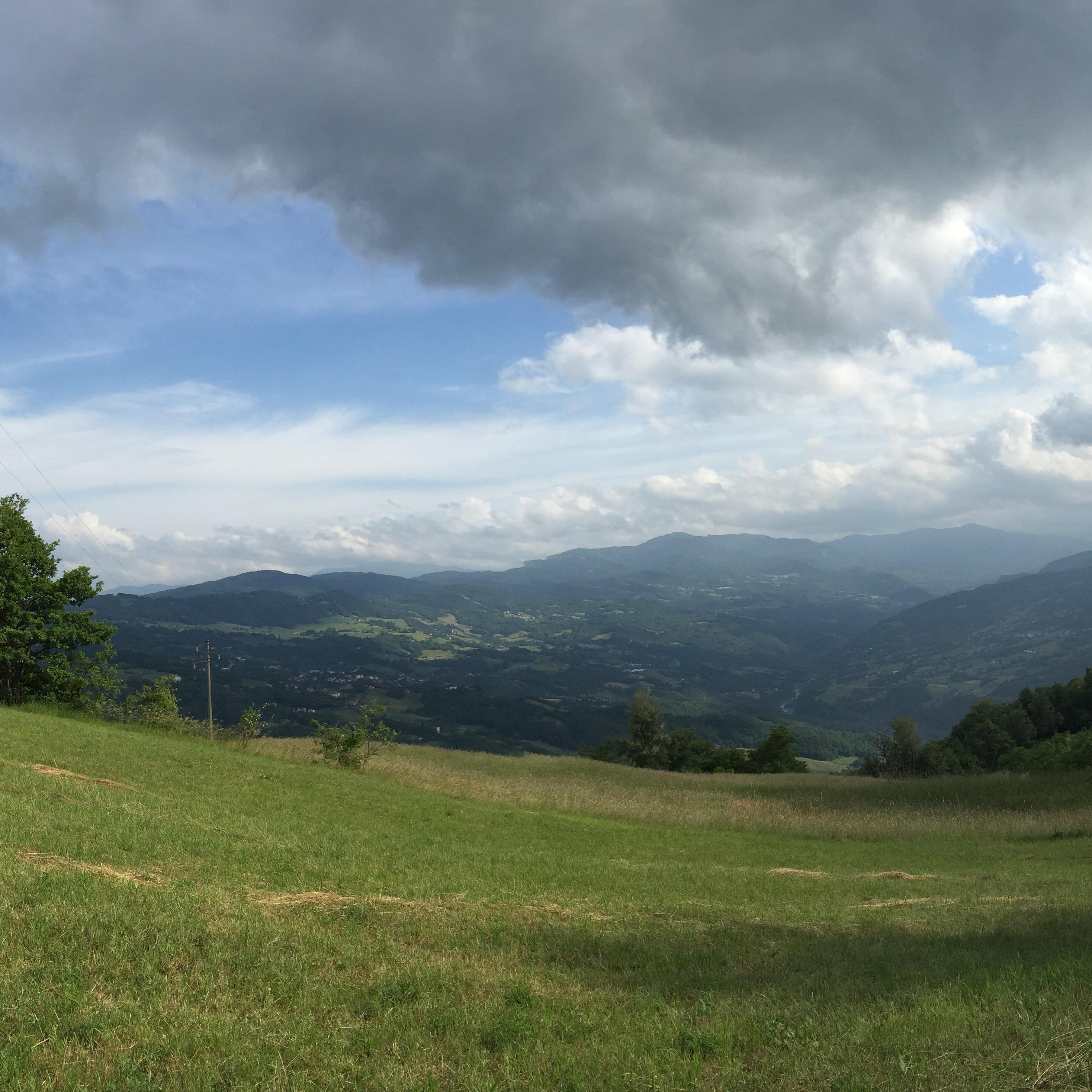 Panorama dalla vetta del Monte Santa Giulia, alle cui pendici si trovano alcune delle località in cui i partigiani della zona libera resistettero più a lungo