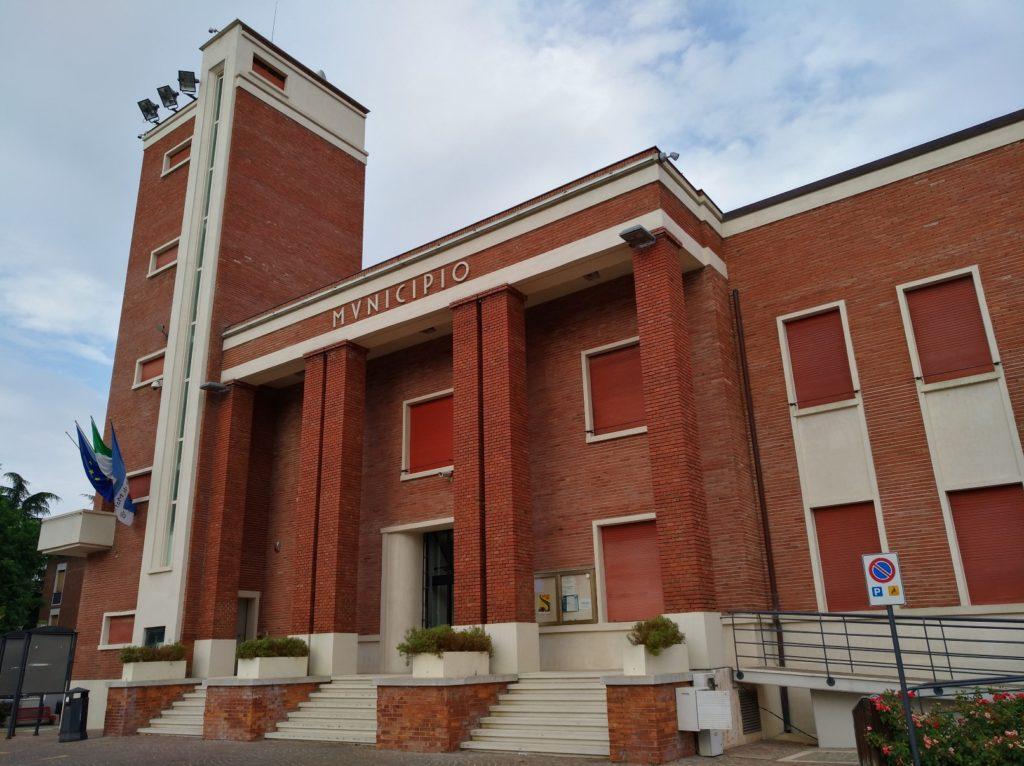 Il municipio di Maranello, esempio dell'architettura razionalista fascista, costruito sui terreni lasciati al Comune dall'ingegner Carlo Stradi e inaugurato nel 1938.