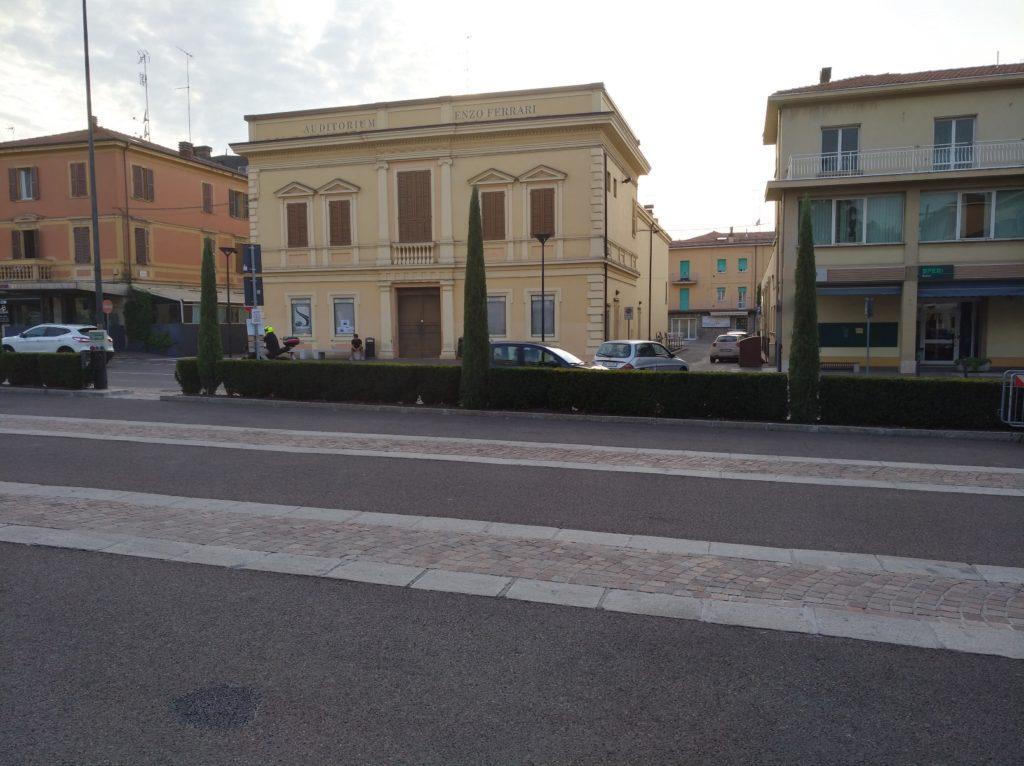 L'Auditorium Enzo Ferrari, nato come Casa del Fascio e poi divenuto Casa del Popolo di Maranello fino al 1954.