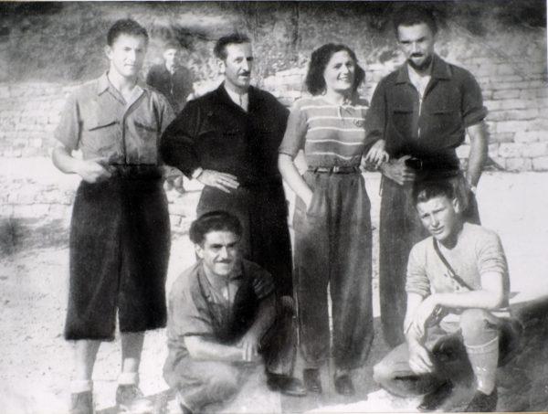 """La scorta di Armando nella """"Repubblica di Montefiorino"""". Al centro Enrica Galli, prima """"sposa garibaldina"""". In primo piano """"il Milanese"""" autista di Armando; a destra Osvaldo Clò """"il Bolognese"""". Dietro Gelsomino Montecchi """"Mino""""; sullo sfondo Carlo Ernelli """"Carlino""""; ultimo a destra Bruno (luglio 1944). Foto della famiglia Montecchi"""