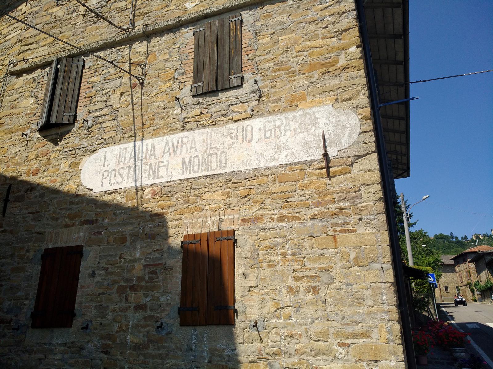 Scritta fascista sui muri di Vitriola - centrale di Farneta