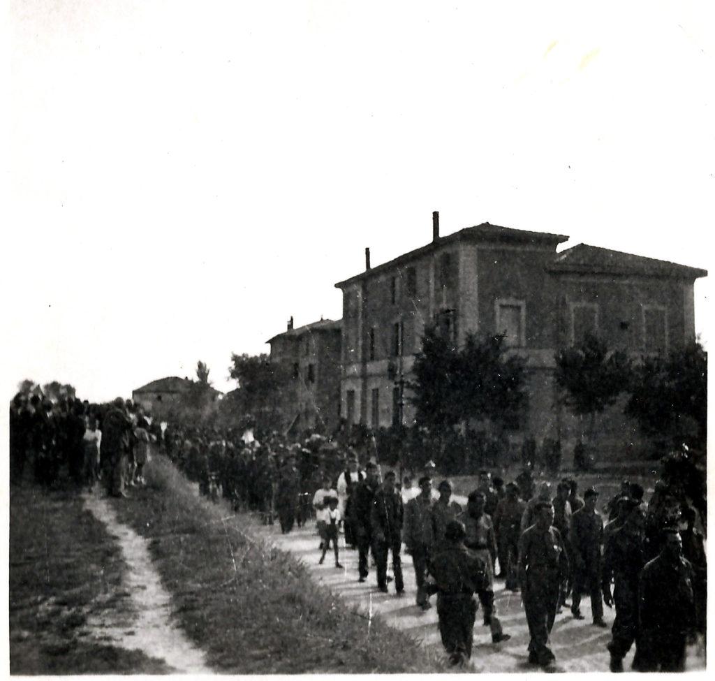 Calcara, 1945. I funerali del partigiano Corrado Tagliavini. Foto dalla raccolta di Claudio Cavallieri. Tempo di guerra.