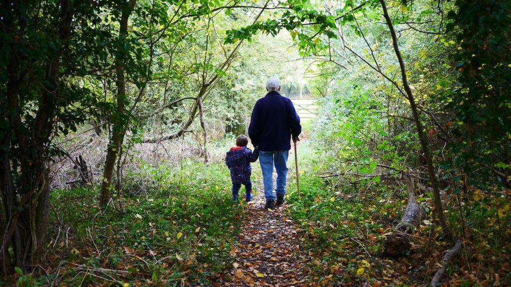 Un nonno passeggia con il nipote. Io ho scoperto così il tempo di guerra.