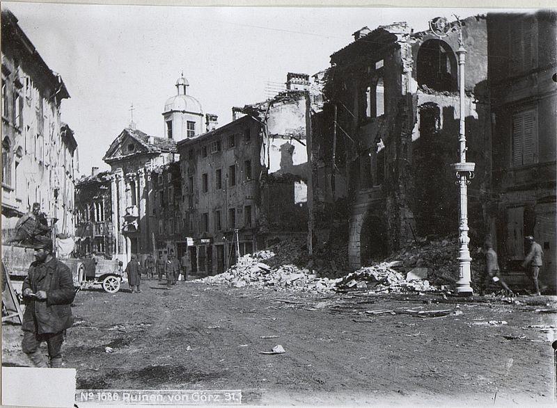 4 novembre. Truppe italiane a Gorizia, ridotta in macerie dai combattimenti che precedono la conquista italiana (9 agosto 1916, Sesta battaglia dell'Isonzo).