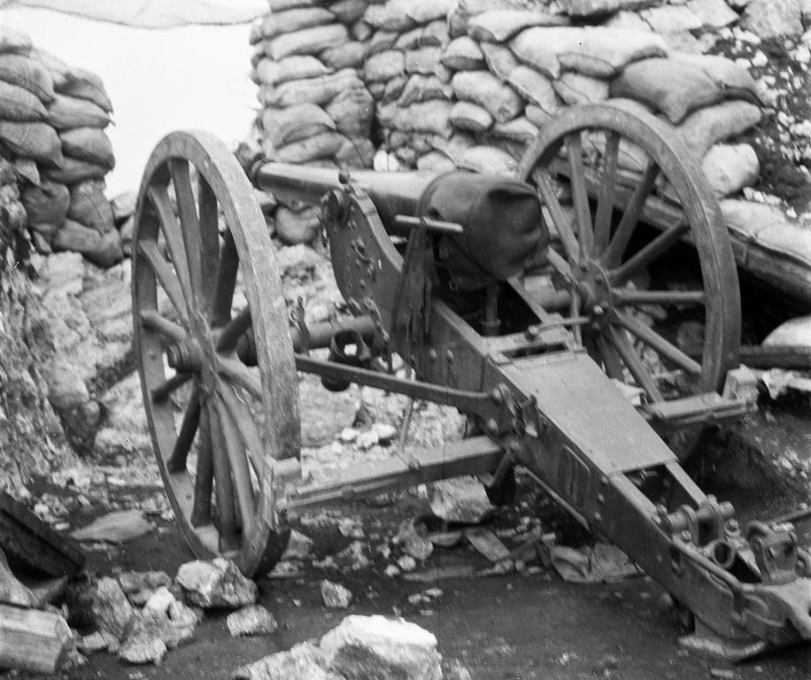 Natale di pace. Cannone da campagna italiano sul massiccio del Pasubio. Foto del capitano medico Vaifro Agnoli, inverno 1918