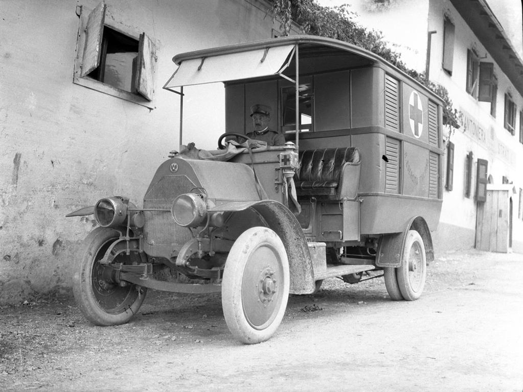 Natale di pace. Ambulanza parcheggiata vicino all'ospedale della Streva, nell'attuale comune di Vallarsa (TN). Foto del capitano medico Vaifro Agnoli, inverno 1918.