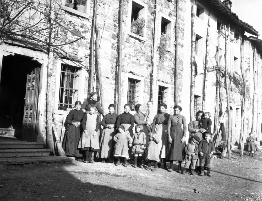 Natale di pace. Donne e bambini in posa nella zona del Pasubio durante l'inverno del 1918. Foto del capitano medico Vaifro Agnoli.