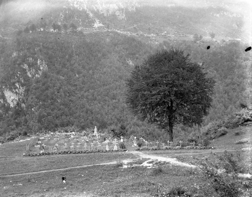 Natale di pace. Cimitero militare della Streva, nell'attuale comune di Vallarsa (TN). Foto del capitano medico Vaifro Agnoli, inverno 1918