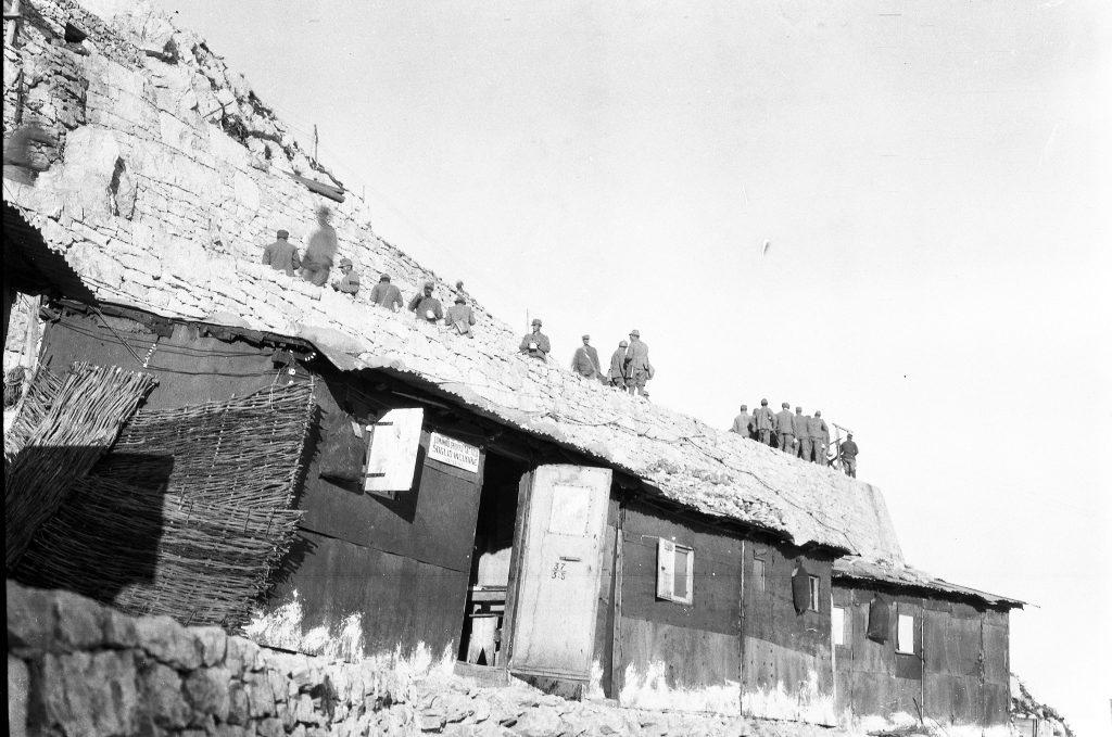 Natale di pace. Comando gruppo tattico Soglio dell'Incudine, sul massiccio del Pasubio. Foto del capitano medico Vaifro Agnoli, inverno 1918