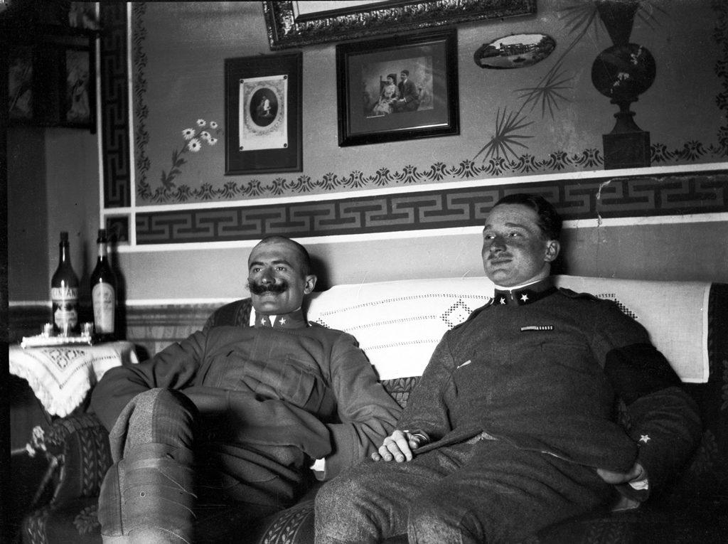 Natale di pace. Ufficiali al posto di comando Soglio dell'Incudine. Foto del capitano medico Vaifro Agnoli, inverno 1918