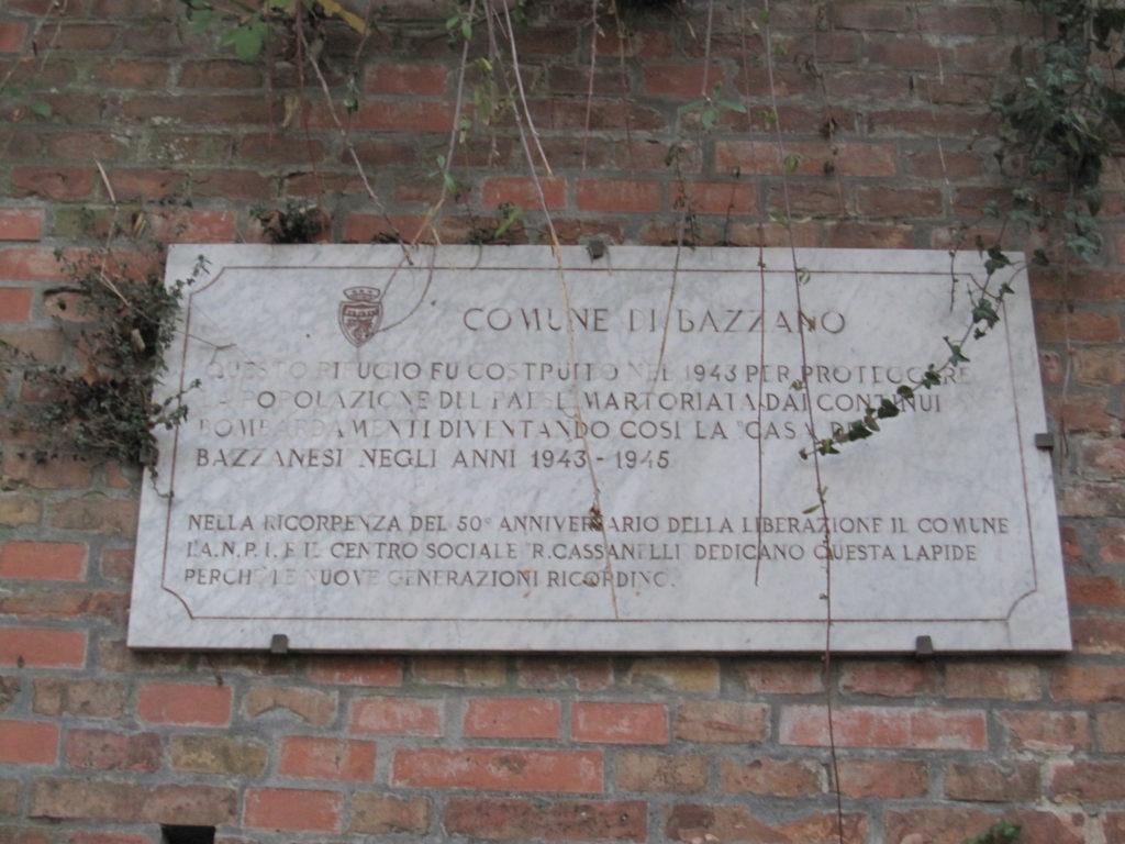 Frequenze partigiane. La lapide dell'ex rifugio antiaereo di Bazzano.