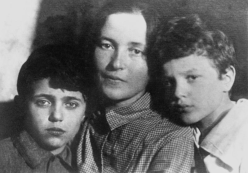Julia Schucht, moglie di Antonio Gramsci, con i figli Delio e Giuliano