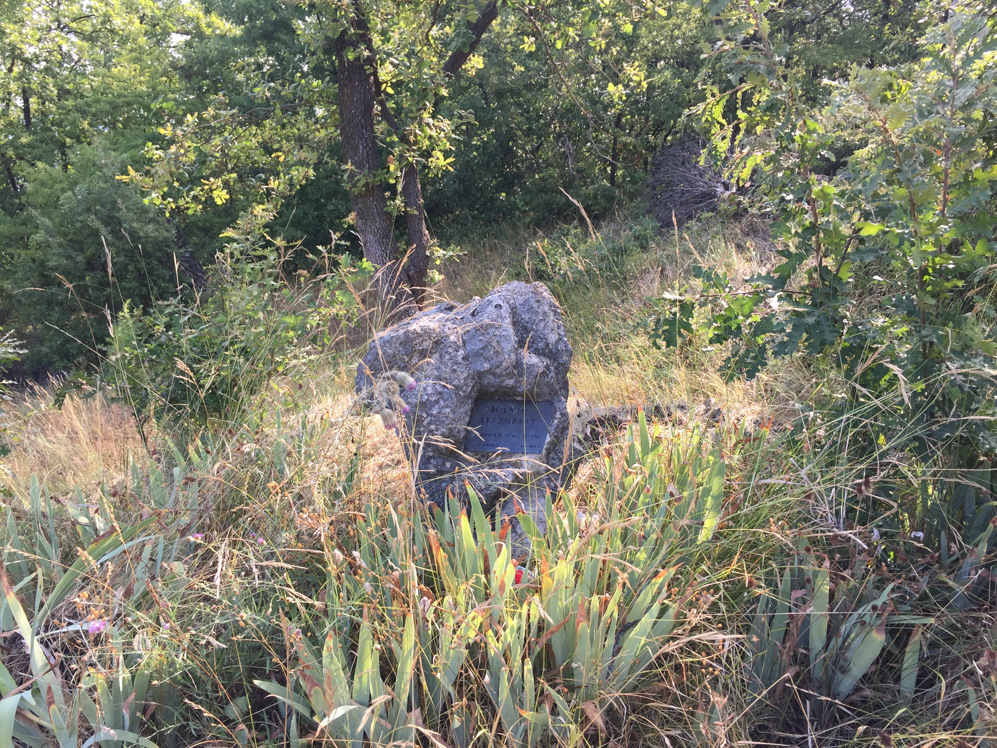 Il cippo in memoria di Mario Allegretti, eretto nei pressi del luogo dove morì il 10 aprile 1945.