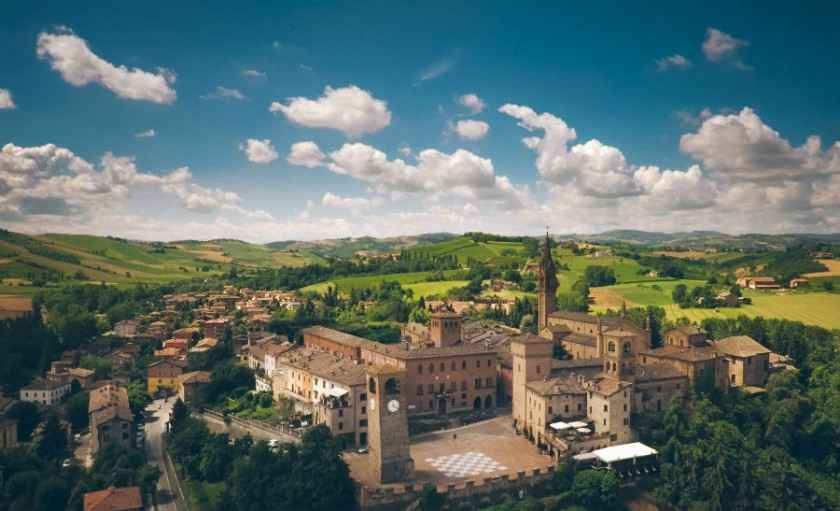 Oltre i confini. Il borgo di Castelvetro. Foto di Viaggio Routard da Wikimedia Commons