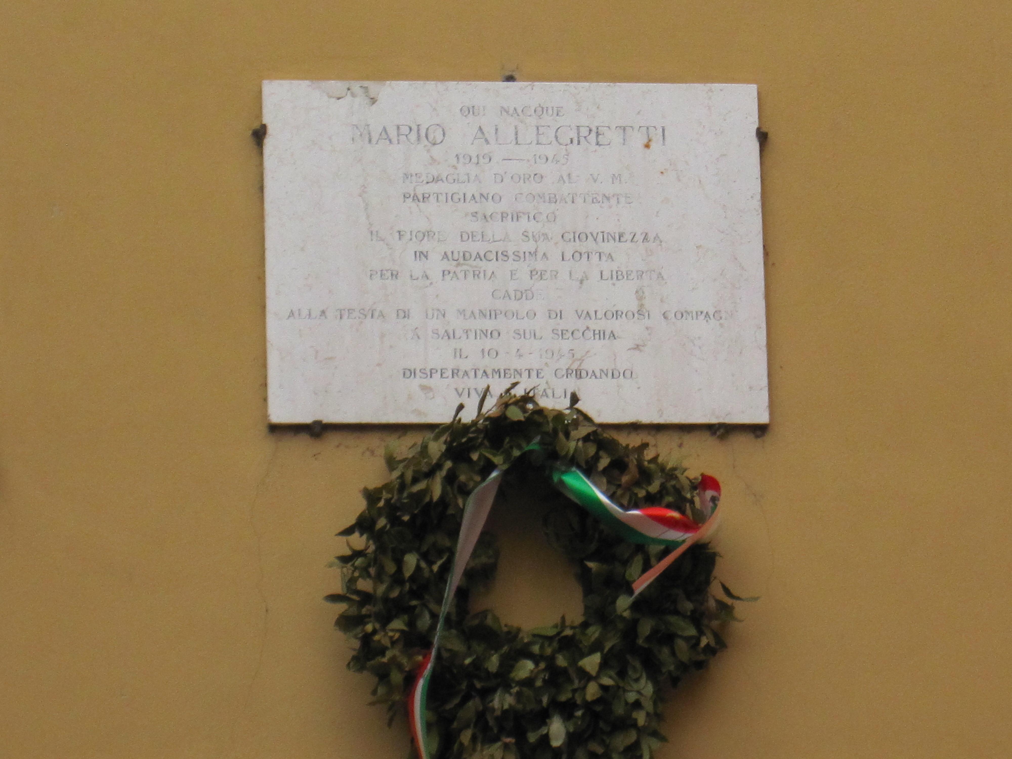 Lapide in memoria di Mario Allegretti, collocata sul muro esterno della sua casa natale a Vignola