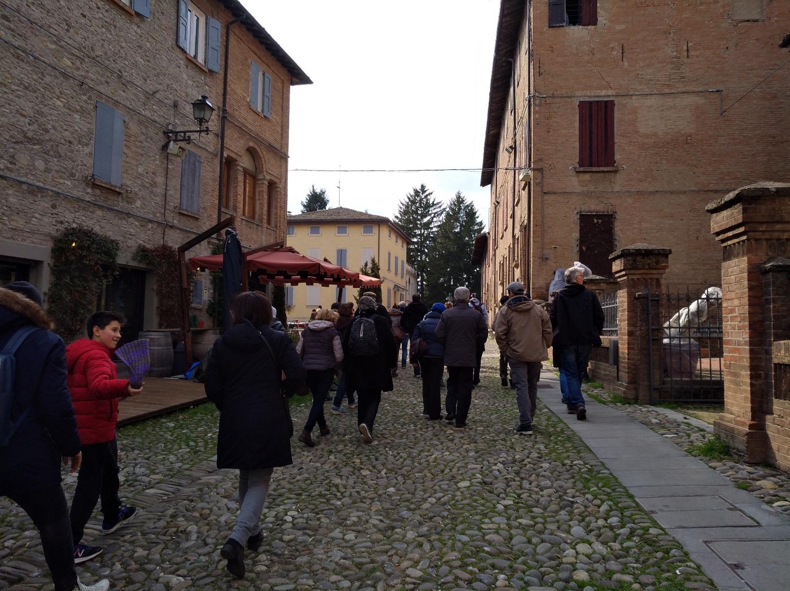 Storie di profughi. I partecipanti alla partenza del trekking storico Oltre i confini