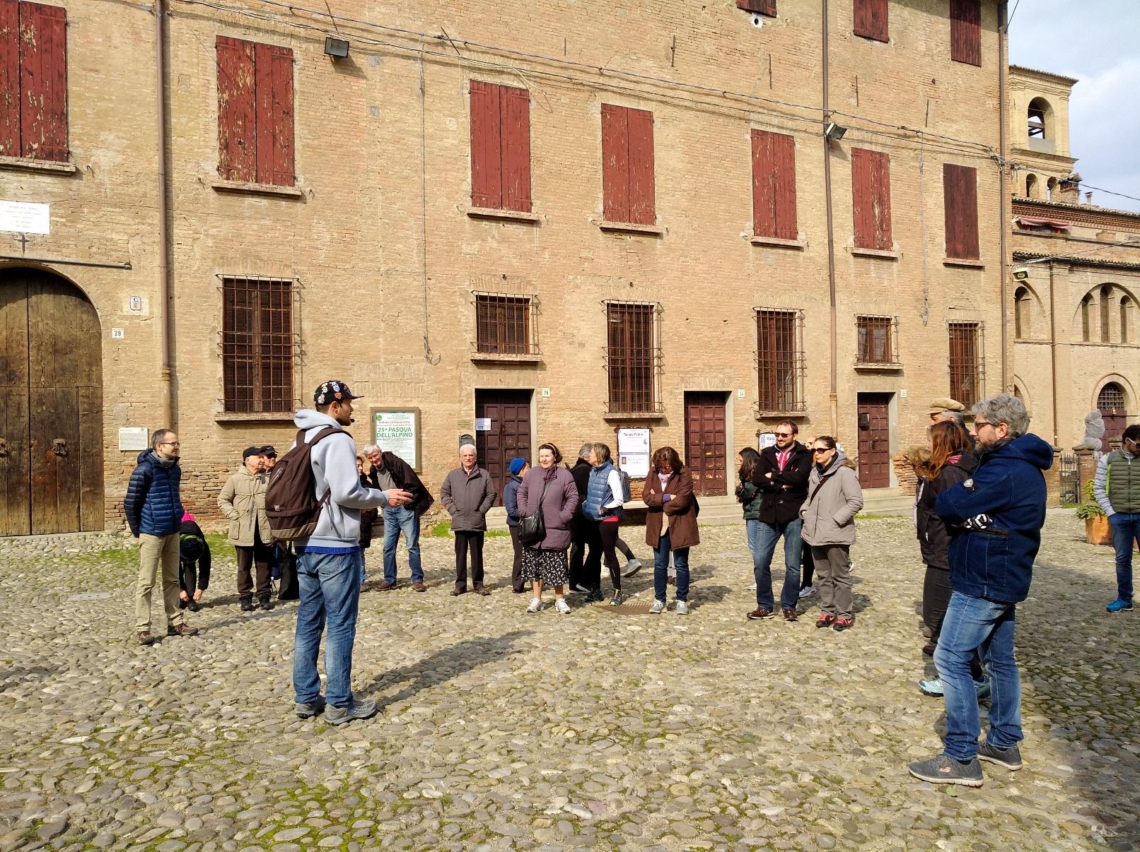 storie di profughi: Il gruppo davanti a palazzo Rangoni