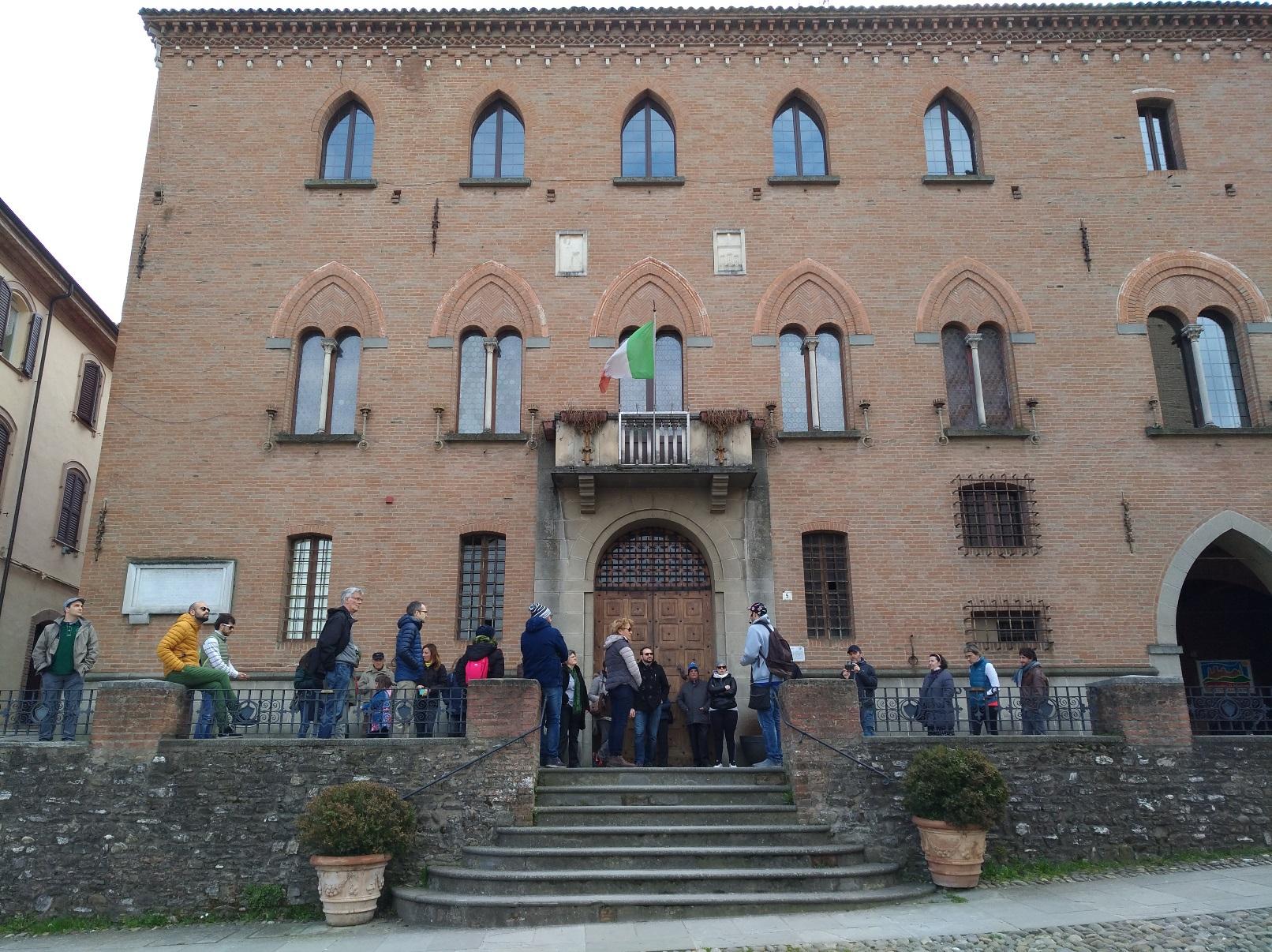 """storie di profughi: Sotto il municipio, che si affaccia su piazza Roma, il racconto di chi """"emigra"""" durante il fascismo"""