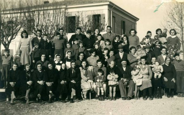 Oltre i confini: Gruppo di alluvionati del Polesine, ospitati a Castelvetro, nel 1951.