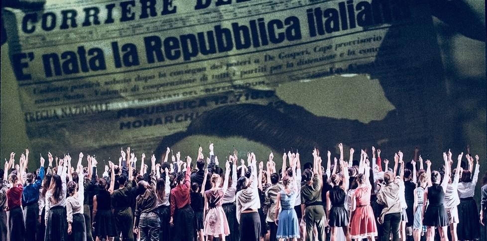 """La scena finale dello spettacolo di danza """"#cittadine! Alla conquista del voto"""" realizzato nell'ambito di #cittadine. I segni nelle comunità e sulle città."""