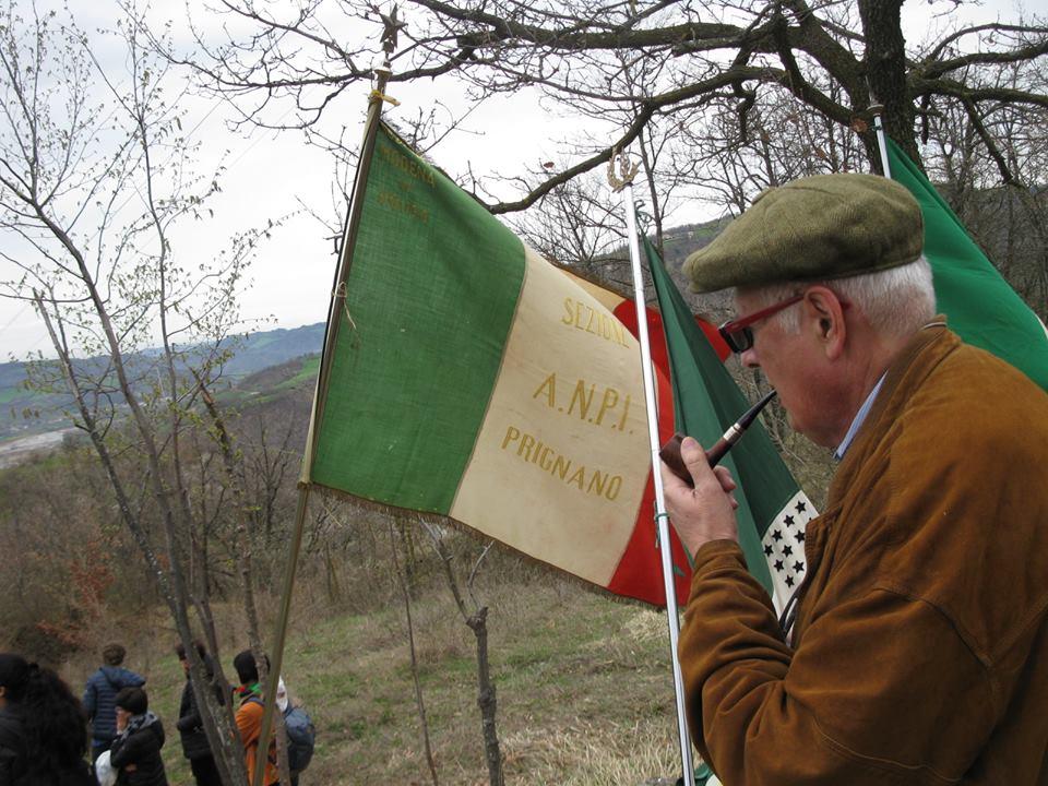 La bandiera della sezione Anpi di Prignano al cippo di Saltino