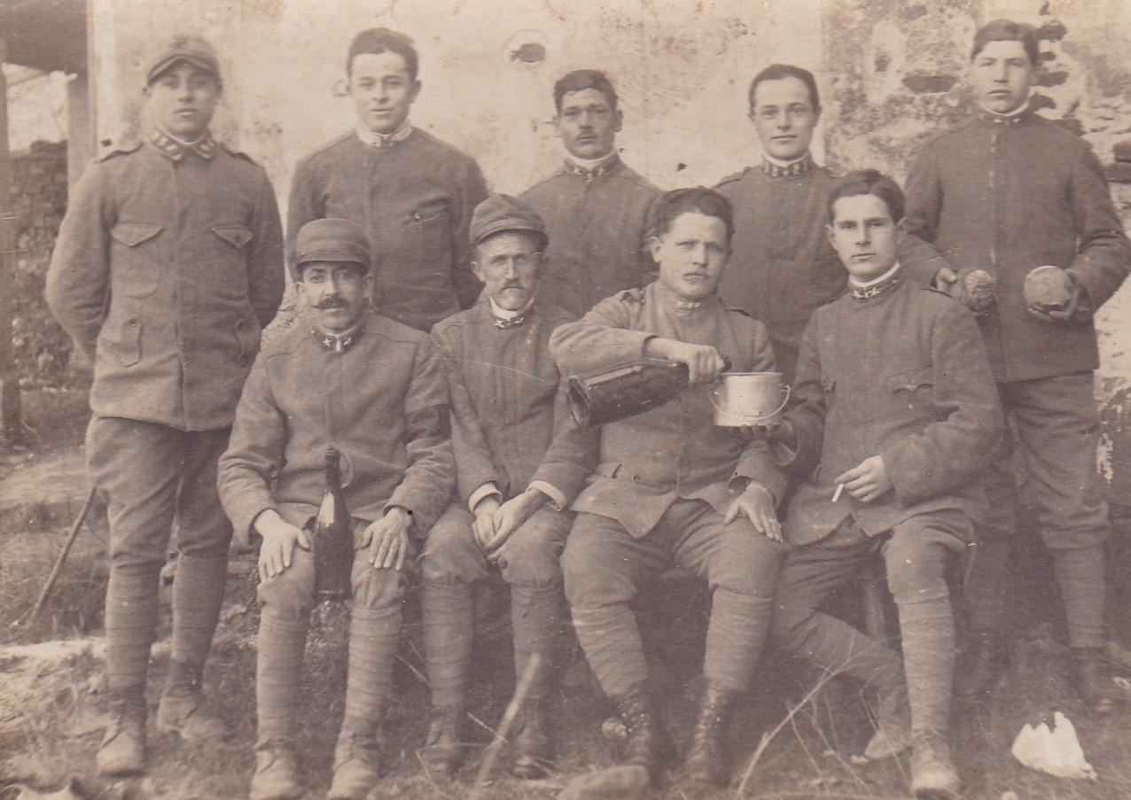 Grande Guerra a Valsamoggia: Foto di gruppo tra commilitoni: il secondo in alto da destra è Cesarino Iaboli