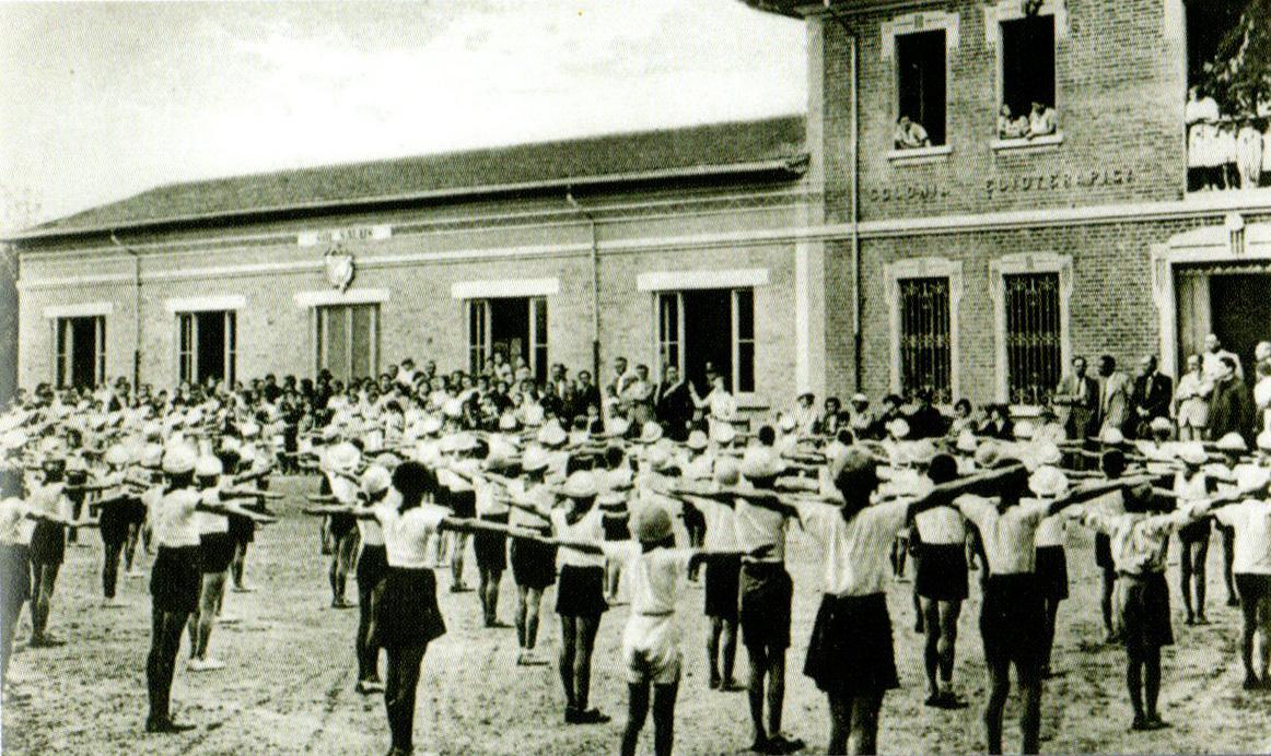 Esercizi ginnici alla colonia elioterapica di Sassuolo durante il regime fascista. Storia di Sassuolo nel Novecento