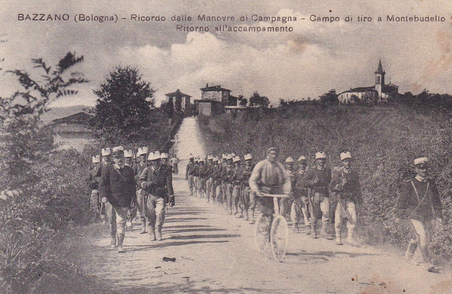 Mostra sulla Grande Guerra - Soldati in marcia nelle campagne tra Bazzano e Monteveglio, mentre ritornano da un'esercitazione militare a Montebudello. Cartolina, famiglia Clemente Contri - Contadini nella Prima guerra mondiale
