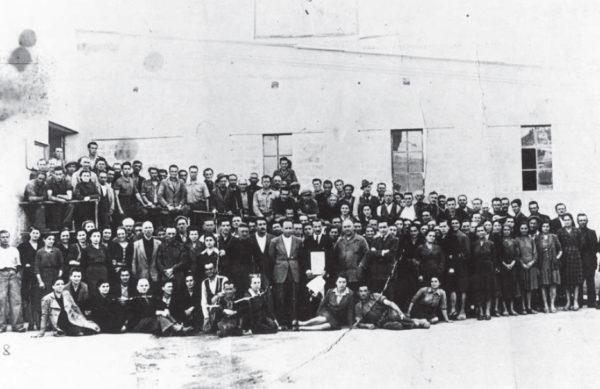 Dipendenti della ceramica Marca Corona in posa (secondo dopoguerra). Storia di Sassuolo nel Novecento