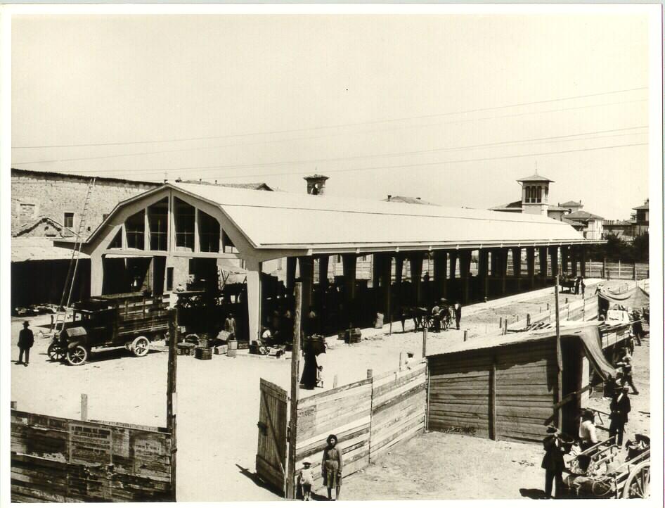 Storia di Vignola. Il mercato ortofrutticolo di Vignola in piena attività. Foto archivio Gruppo Mezaluna-Mario Menabue