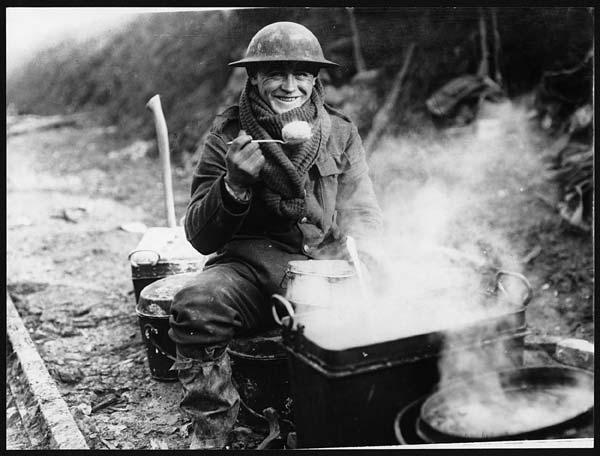 Cibo nella Prima guerra mondiale: Soldato dell'Intesa che consuma un pasto mentre è impegnato sul fronte occidentale. Questa immagine è con ogni probabilità una testimonianza dello sforzo propagandistico che i britannici compiono per rassicurare i familiari dei militari impegnati in guerra.