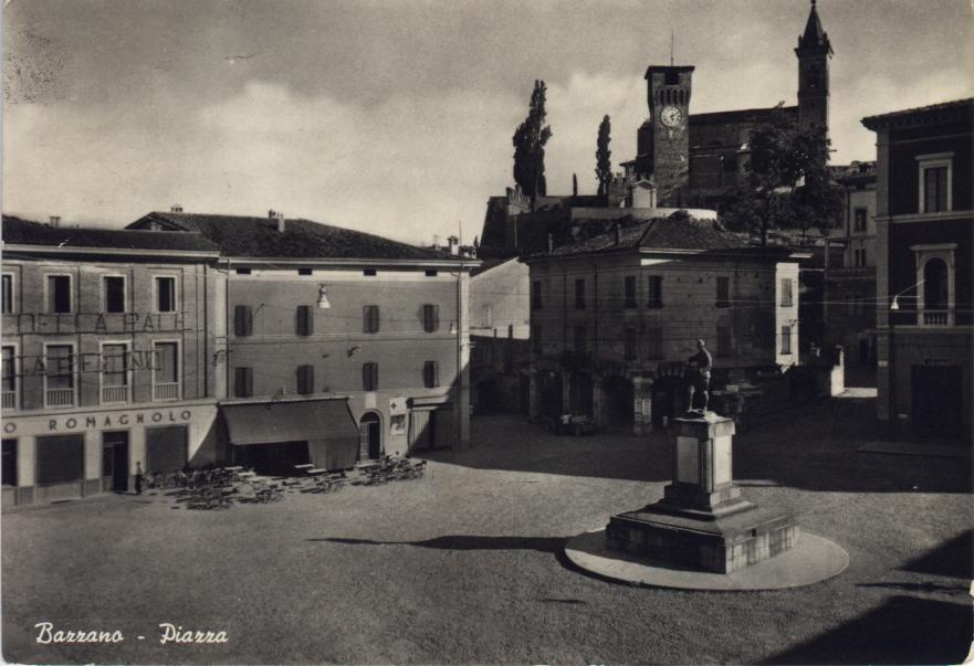 storia di Bazzano: cartolina della piazza con il monumento ai caduti