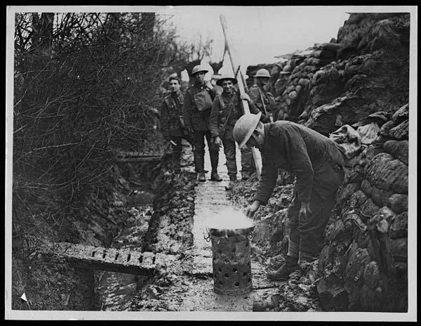 Cibo nella Prima guerra mondiale. In questa foto, commissionata e realizzata per scopi di propaganda, un soldato britannico frigge il bacon in una trincea di riserva.