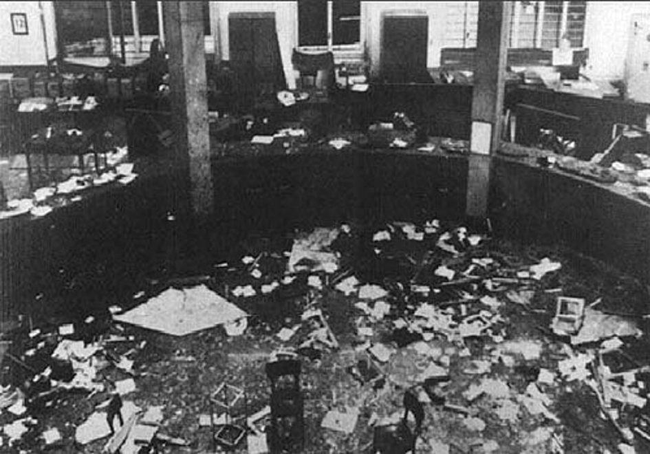 Storia del terrorismo in Italia. Milano, piazza Fontana. L'interno della sede della Banca nazionale dell'Agricoltura dopo l'esplosione della bomba il 12 dicembre 1969
