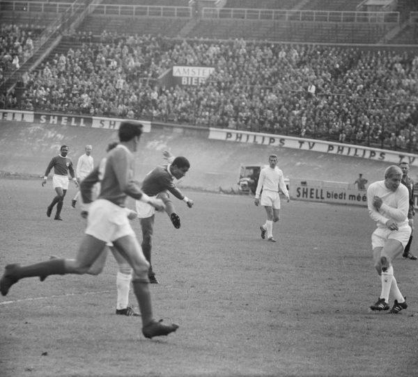 Storia del calcio portoghese. Eusébio in azione in un'amichevole tra Ajax e Benfica, disputata allo Stadio olimpico di Amsterdam nel 1965. Foto di Jac. de Nijs (ANEFO) - GaHetNa (Nationaal Archief NL) - CC BY_SA 3.0 via Wikimedia Commons