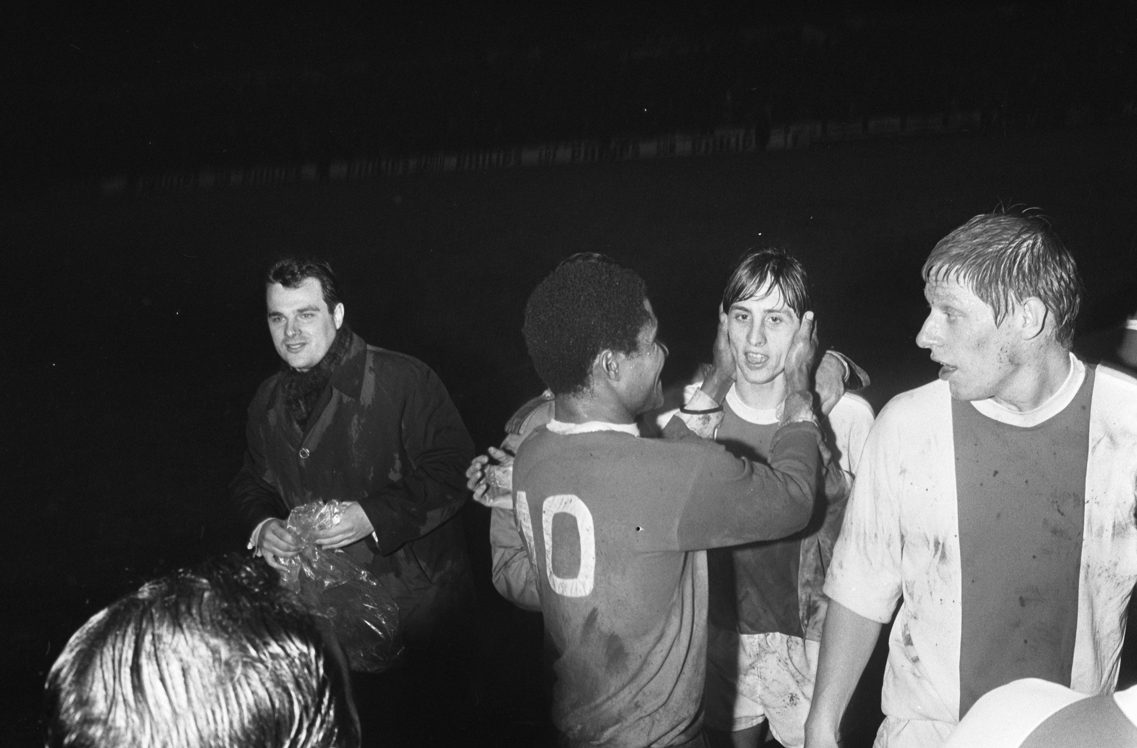 Storia del calcio portoghese. Eusébio si congratula con Johan Cruijff dopo un match tra Benfica e Ajax del 1969