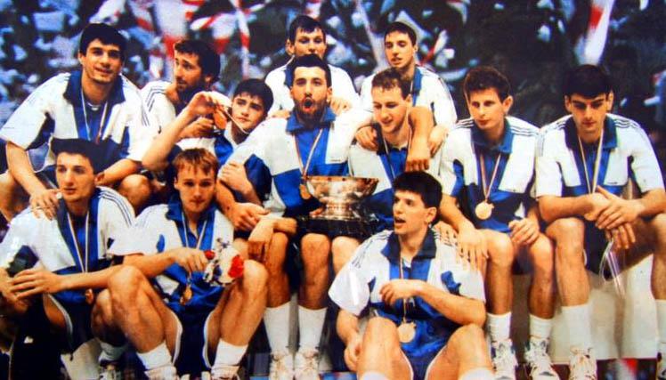 Drazen Petrovic: La nazionale jugoslava con il trofeo