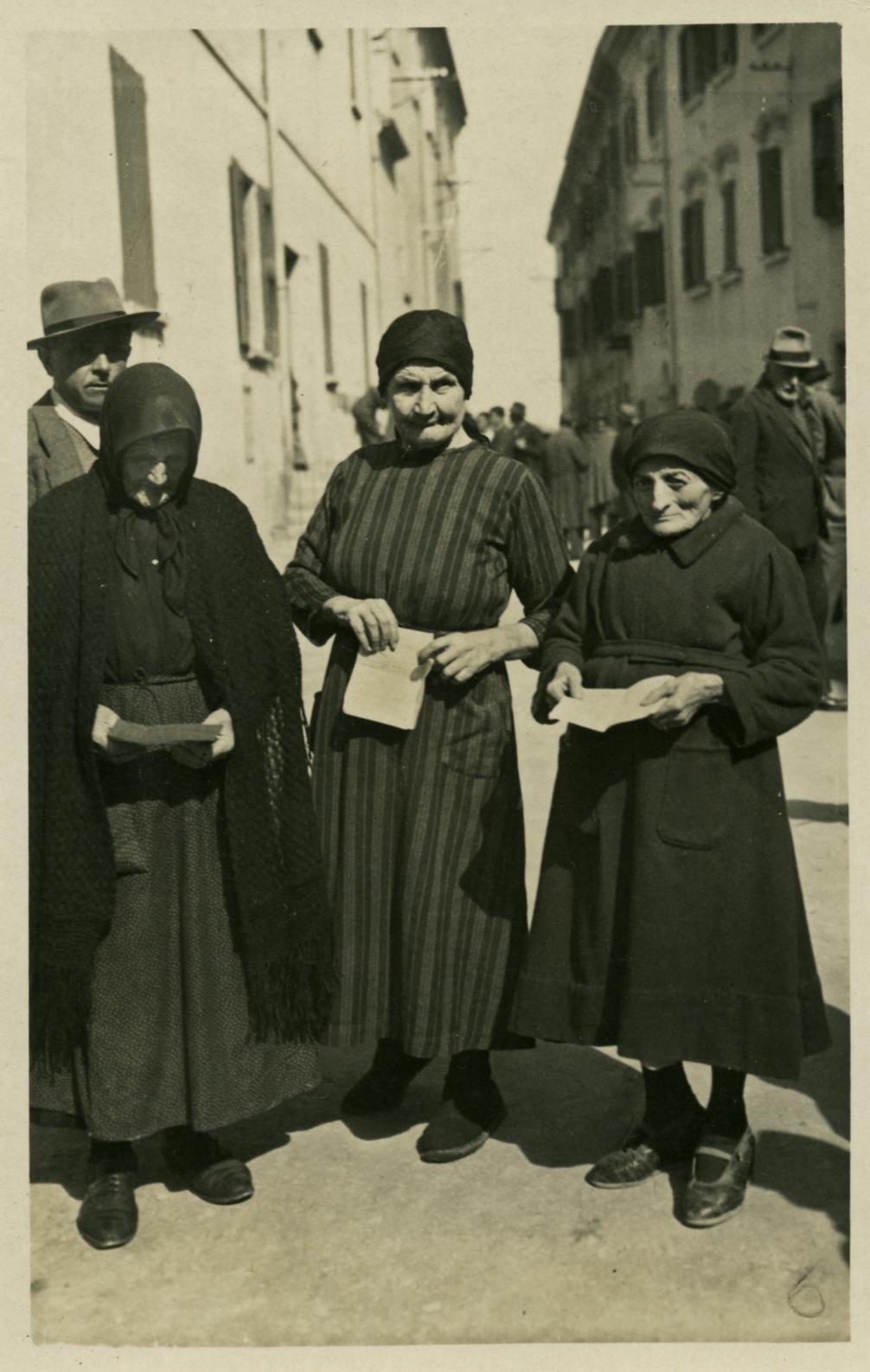 Storia della Costituzione. Anziane elettrici di Castelvetro in posa per il loro primo voto. Foto di Giuseppe Simonini, archivio del Gruppo Mezaluna-Mario Menabue