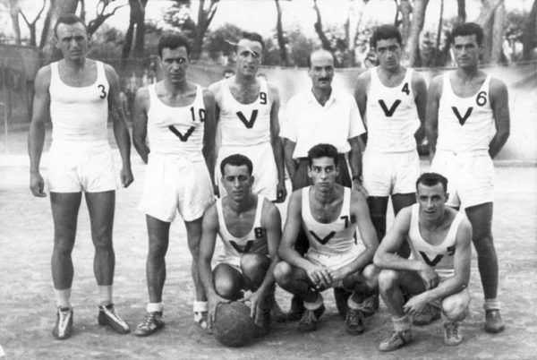 """Storia del basket a Bologna. La Virtus Bologna alla fase finale della stagione 1945-1946. All'inizio di quel campionato le """"V nere"""" erano state escluse dalle competizioni per gli effetti dell'epurazione post-fascista. Molti giocatori si erano quindi trasferiti alla Società Ginnastica Fortitudo, qualificandosi per la fase finale. Dopo i provvedimenti di amnistia la dirigenza della Fortitudo decise di lasciare alla Virtus il posto: le """"V nere"""" vinsero così il primo titolo italiano della loro storia."""
