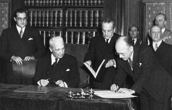 Storia della Costituzione. Umberto Terracini, presidente dell'Assemblea costituente dall'8 febbraio 1947 allo scioglimento, firma la Costituzione italiana