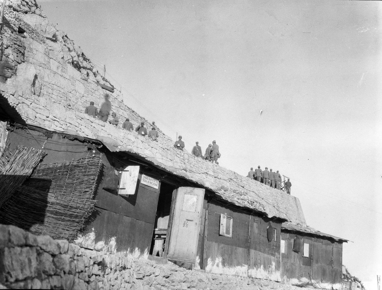 Grande Guerra sul Pasubio. Baraccamenti italiani sul rovescio di Cima Palon, vicino al Soglio dell'Incudine.