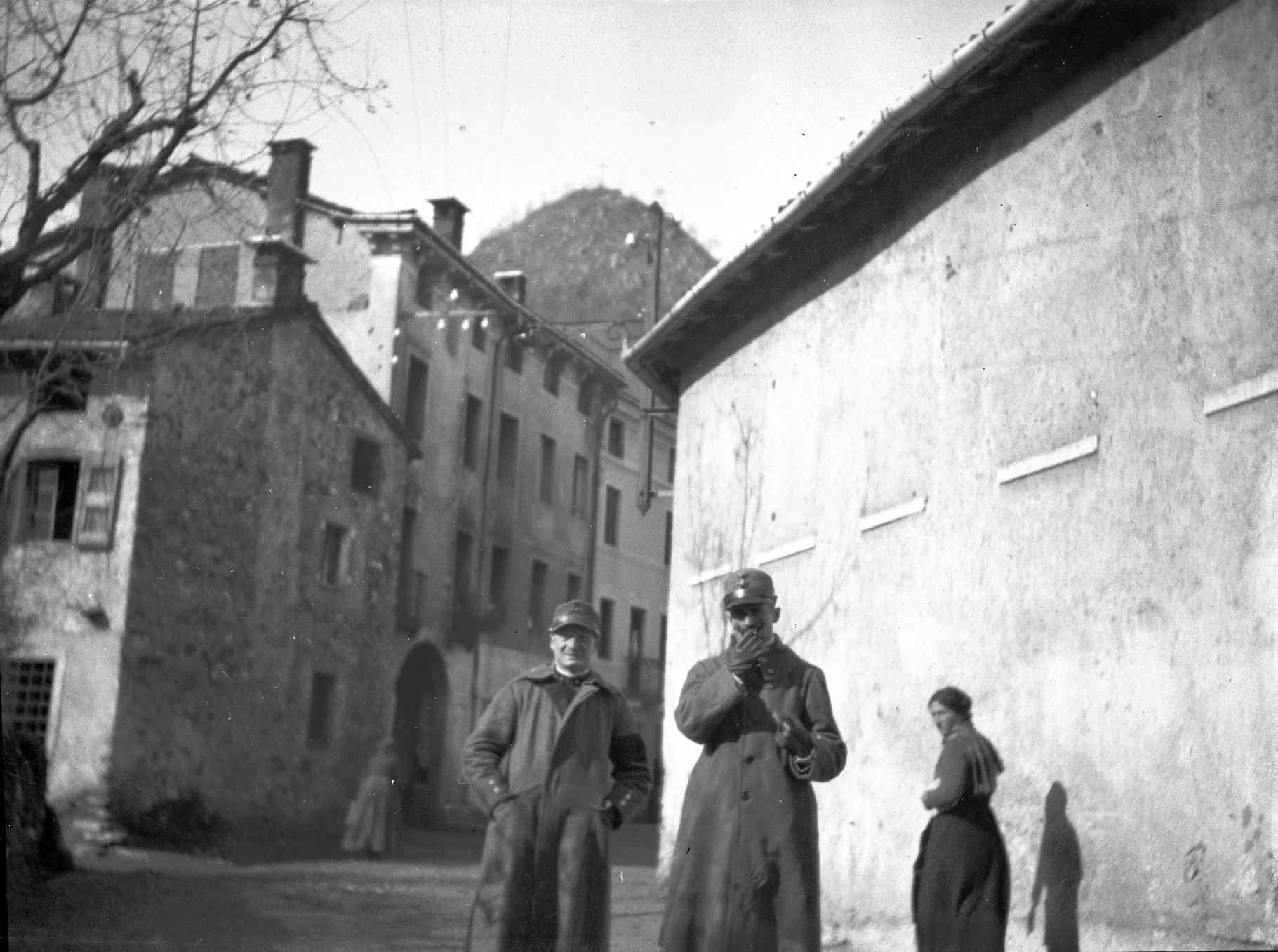 Grande Guerra sul Pasubio. Soldati in un borgo della Vallarsa. Foto scattata da Vaifro Agnoli nel 1918