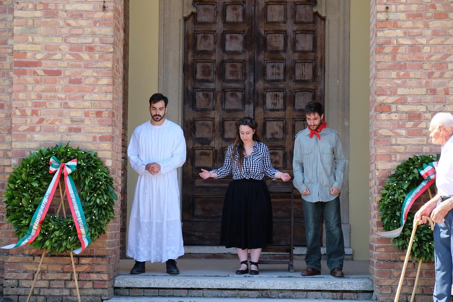 Gli attori Lorenzo Costantini, Eleonora Innocenti Sedili e Riccardo Serafini al termine dello spettacolo teatrale sulla strage di Ospitaletto (agosto 2016). Foto di Fausto Corsini